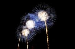 Blitze von Feuerwerken der weißen und blauen Farbe Lizenzfreie Stockbilder