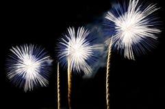 Blitze von Feuerwerken der weißen und blauen Farbe Stockbilder