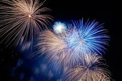 Blitze von Feuerwerken des Blaus und der Goldfarbe Lizenzfreies Stockbild