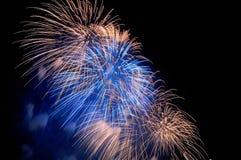 Blitze von Feuerwerken des Blaus und der Goldfarbe Lizenzfreie Stockbilder
