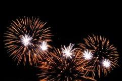 Blitze von Feuerwerken des Goldes und der weißen Farbe Lizenzfreie Stockfotografie