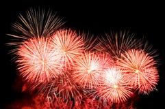 Blitze von Feuerwerken des Rotes, des Goldes und der weißen Farbe Lizenzfreies Stockfoto