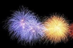 Blitze von Feuerwerken von gelben und blauen Farben Stockbild