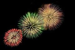 Blitze von Feuerwerken von Grünem, von Rotem, Purpur und Goldfarbe Stockbilder