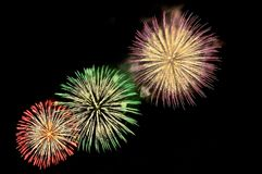Blitze von Feuerwerken von Grünem, von Rotem, Purpur und Goldfarbe Lizenzfreies Stockbild