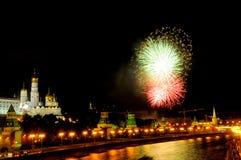 Blitze von grünen und roten Feuerwerken nahe Moskau der Kreml Lizenzfreies Stockbild
