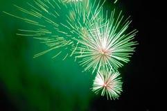 Blitze von grünen und weißen Feuerwerken und von grünen Rauche Lizenzfreie Stockfotografie