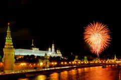 Blitze von orange und weißen Feuerwerken nahe Moskau der Kreml Lizenzfreies Stockbild