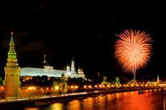 Blitze von orange und weißen Feuerwerken nahe Moskau der Kreml Lizenzfreie Stockbilder
