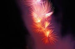 Blitze von rosa, roten und weißen Feuerwerken Lizenzfreie Stockbilder