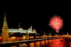 Blitze von rosa und purpurroten Feuerwerken nahe Moskau der Kreml Stockfoto