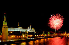 Blitze von rosa und weißen Feuerwerken nahe Moskau der Kreml Lizenzfreie Stockbilder