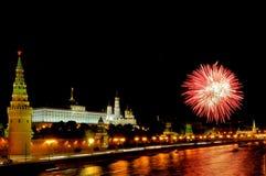 Blitze von rosa und weißen Feuerwerken nahe Moskau der Kreml Lizenzfreies Stockfoto