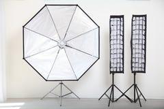 Blitzen Sie auf einem weißen Hintergrund in der Foto-Studioausrüstung Lizenzfreies Stockfoto
