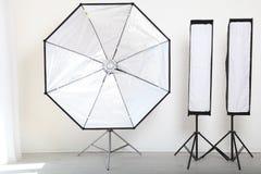Blitzen Sie auf einem weißen Hintergrund in der Foto-Studioausrüstung Stockfotografie