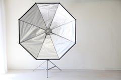 Blitzen Sie auf einem weißen Hintergrund in der Foto-Studioausrüstung Stockbild