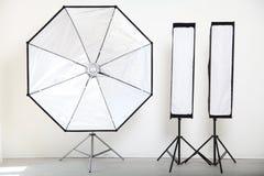Blitzen Sie auf einem weißen Hintergrund in der Foto-Studioausrüstung Stockfoto