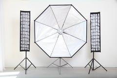 Blitzen Sie auf einem weißen Hintergrund in der Foto-Studioausrüstung Lizenzfreies Stockbild
