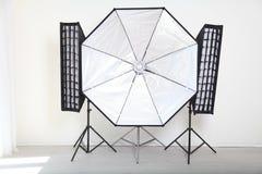 Blitzen Sie auf einem weißen Hintergrund in der Foto-Studioausrüstung Stockbilder