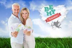 Blitzendes glückliches Paar ihr Bargeld Lizenzfreie Stockbilder