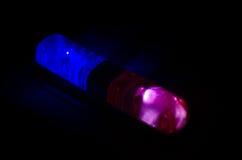 Blitzgeber des roten Lichtes auf einem Polizeiwagen Stadtlichter auf dem Hintergrund Polizeiregierungskonzept Lizenzfreie Stockbilder
