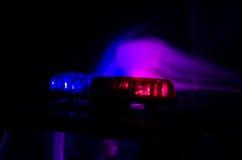 Blitzgeber des roten Lichtes auf einem Polizeiwagen Stadtlichter auf dem Hintergrund Polizeiregierungskonzept Stockfoto