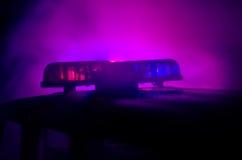 Blitzgeber des roten Lichtes auf einem Polizeiwagen Stadtlichter auf dem Hintergrund Polizeiregierungskonzept Lizenzfreies Stockfoto