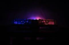 Blitzgeber des roten Lichtes auf einem Polizeiwagen Stadtlichter auf dem Hintergrund Polizeiregierungskonzept Stockbild