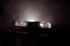 Blitzgeber des roten Lichtes auf einem Polizeiwagen Stadtlichter auf dem Hintergrund Polizeiregierungskonzept Stockfotos
