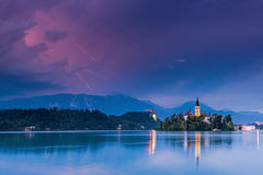 Blitzgewitter über ausgeblutetem See und Kirche, Slowenien Lizenzfreie Stockfotografie