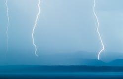 Blitzgewitter, das Boden und Meer schlägt Lizenzfreies Stockbild