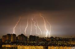 Blitzgewittersturm über der Stadt nachts Lizenzfreies Stockfoto