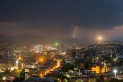 Blitzschläge über den modernen Stadtskylinen Lizenzfreie Stockfotos