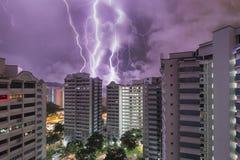 Blitzschläge über HDB-Ebenen in Singapur Lizenzfreie Stockfotos