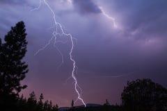 Blitzschläge in diesem großartigen Schuss des späten Abends Lizenzfreies Stockbild