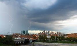 Blitzschlag über Denver-Skylinen Lizenzfreie Stockfotos