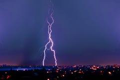 Blitzschlag über dunkelblauem Himmel Stockbild