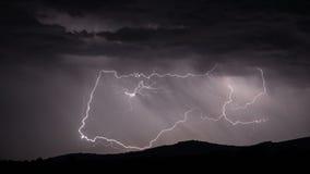 Blitzschlag über Gebirgszug Lizenzfreie Stockfotos