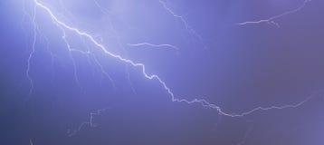 Blitzschlag über Nachtstadt Stockfotos
