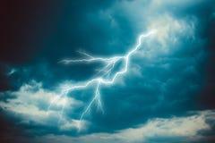 Blitzschlag auf dem bewölkten Himmel Stockbilder
