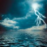 Blitzschlag auf dem dunklen bewölkten Himmel Lizenzfreie Stockbilder