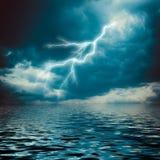 Blitzschlag auf dem dunklen bewölkten Himmel Stockbild