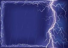 Blitzschlag auf dunkelblauem Himmelhintergrund. Ineinander greifen Stockfotografie