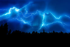 Blitzschlag auf einem dunkelblauen Himmel Lizenzfreie Stockbilder