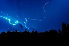Blitzschlag auf einem dunkelblauen Himmel Stockbilder