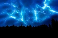 Blitzschlag auf einem dunkelblauen Himmel Lizenzfreie Stockfotos