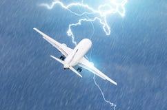 Blitzschlag auf einer elektrischen Entladung des Flugzeuges während eines Gewitters auf Start am Flughafen Stockbild