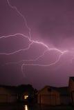 Blitzschlag, der den Himmel überspannt Stockfotografie
