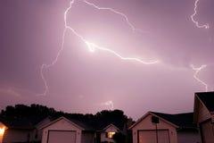 Blitzschlag, der den Himmel überspannt Lizenzfreie Stockfotografie