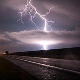 Blitzschlag durch eine Landstraße Lizenzfreie Stockbilder